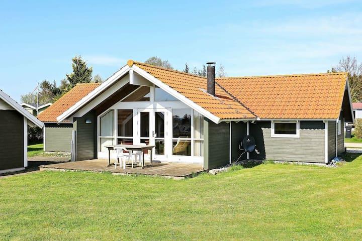 Tranquila casa vacacional en Bogø con terraza cubierta
