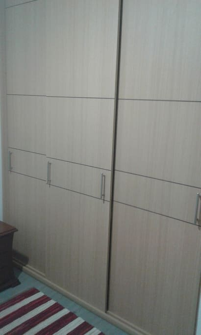 This are the closet doors! Big for all your staff! / Puertas de clóset, amplias para todo tu equipaje