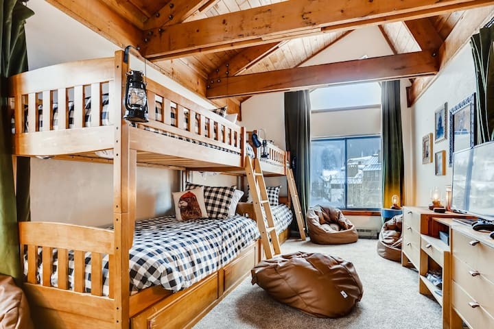 Equipped with its own flat screen TV, Xbox 1s game system, Big Joe bean bags, lanterns, and tongue & groove ceilings, you'll wish you were sleeping in Anaconda #304's bunk room.