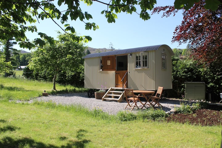 Cromag - Luxury Shepherd Hut (with shower room)