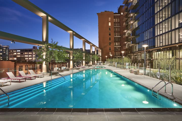 LA Highrise 5 star Living | Walk to Conv Center.
