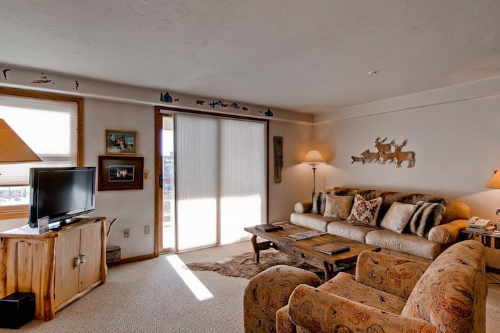 Cozy ski-in/ski-out slopeside condo w/shared hot tubs, pool, firepit, & shuttle