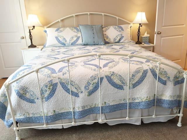 Blue room - king bed