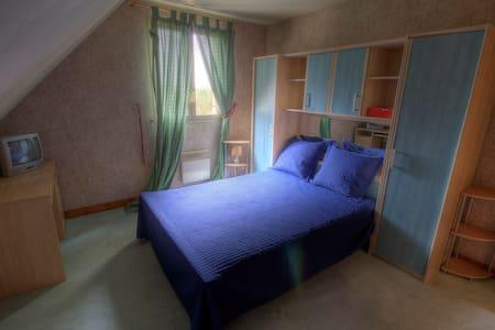 Chambre avec salle d'eau et WC - La Ferté-Gaucher