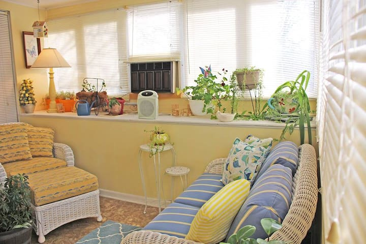 Attached sitting room/ sun room