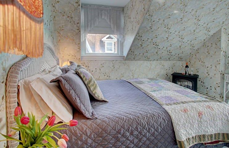 The Buttercup (Room 1) - Luther Ogden Inn