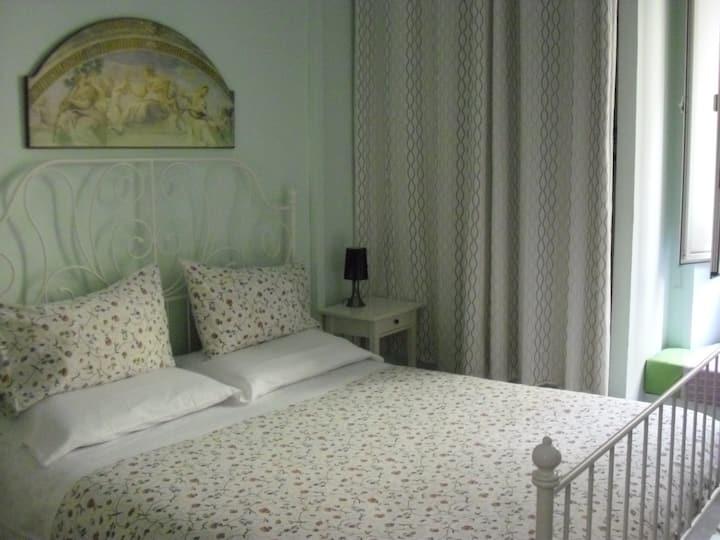 Una camera singola  tranquilla e pulita.