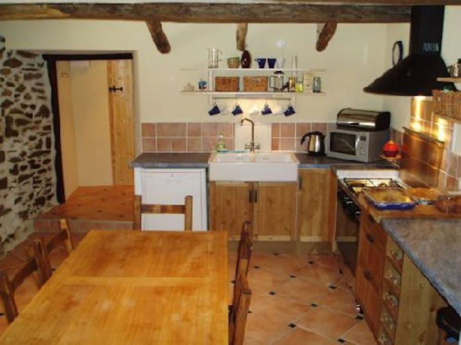 Fully fitted kitchen/diner with dishwasher, microwave and all the untensils you need