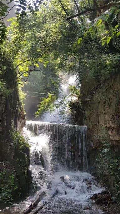 青山绿水环抱着山里小别墅,私密性十足。