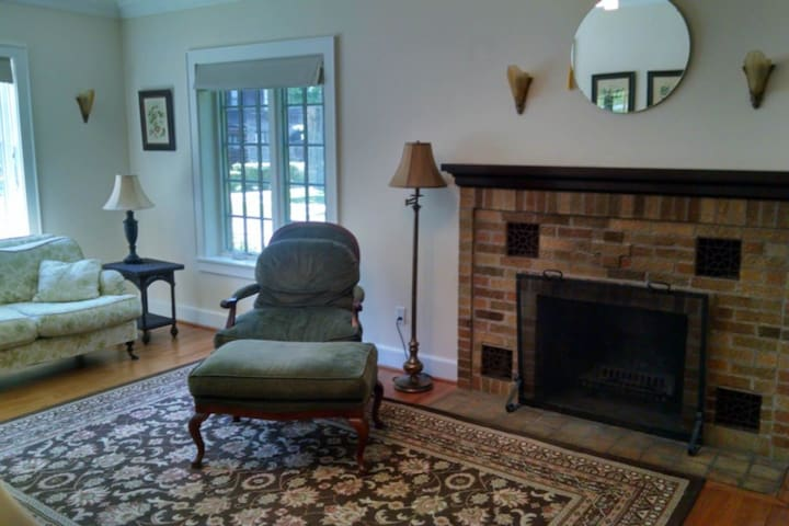 Homey lake house w/ free WiFi and cable and full kitchen - great lake location!