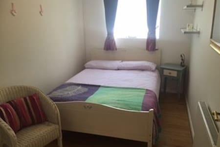 Single room in a family home - Charvil