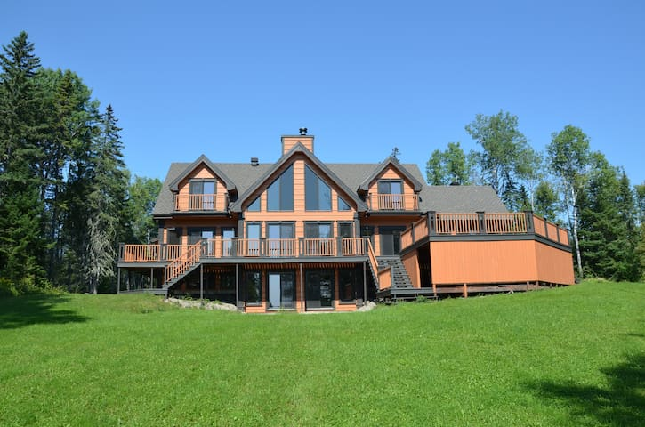 Luxury Waterfront Cottage on Lake Taureau - Saint-Michel-des-Saints