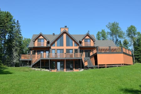 Luxury Waterfront Cottage on Lake Taureau - Saint-Michel-des-Saints - Mökki