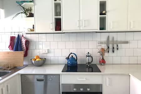 Bright Book Filled 1 BR in Historic Battery Point