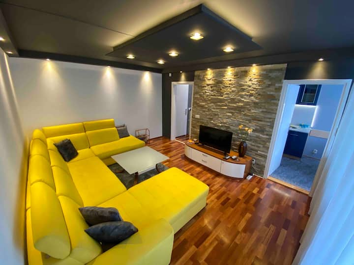 Modern Comfort 2 Bedroom Apartment - Free Parking