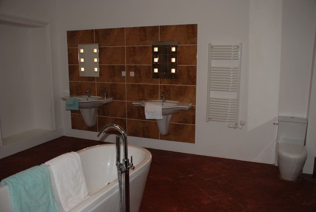 One of the 6 luxurious bathrooms or shower rooms