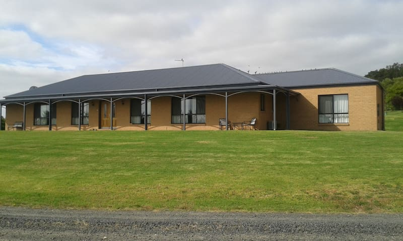 Country home, beaches, golf course! - Leongatha South - Bed & Breakfast