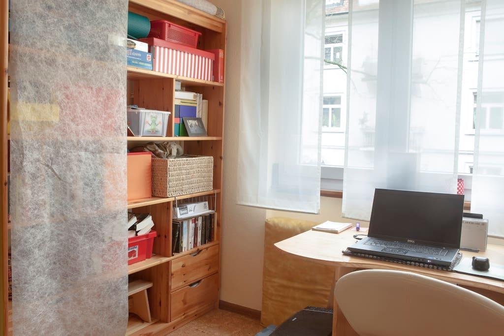 Gästezimmer mit Schreibtisch am Fenster, Drucker, WLan