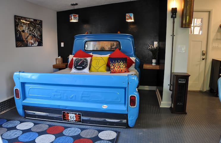The Star Garage★Sleep in a Vintage Truck Bed~Cool!