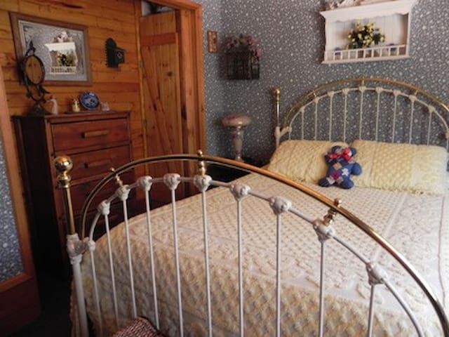 Bluebird Room - Old Bear B&B - Cozy/Quiet