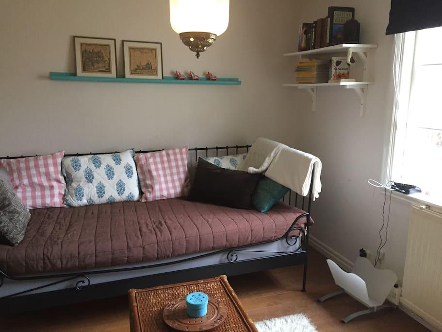 Allrummet med en säng