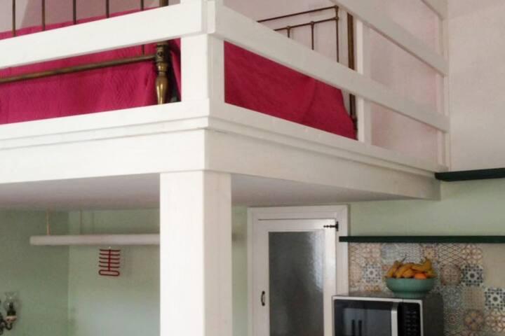 Open space con 1 letto matrimoniale al piano e secondo letto matrimoniale sul soppalco