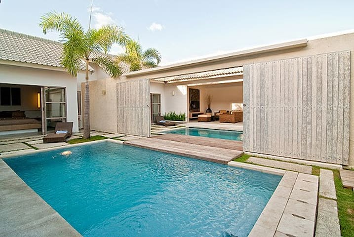 4 BR Luxury Villa Walk to Seminyak Beach !