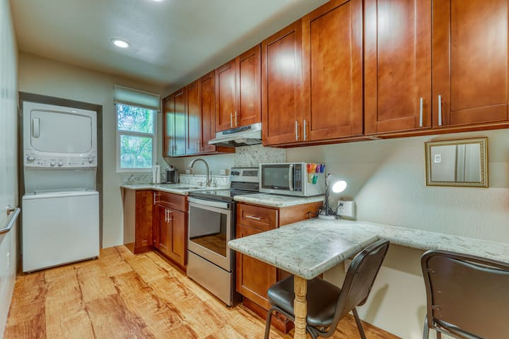 New listing! Lovely condo on Waikiki's outskirts - walk everywhere!