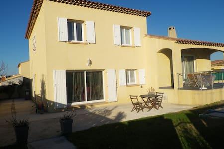T2 dans villa piscine proche mer - Marignane - Haus