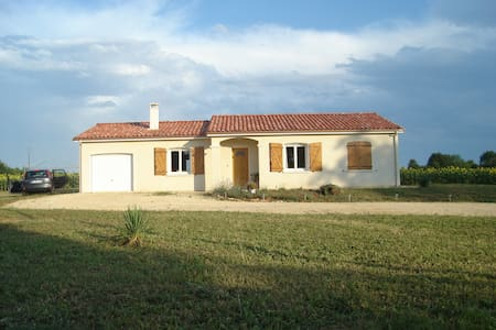 Quiet home with an adventurous owner - Serres-et-Montguyard - Dům