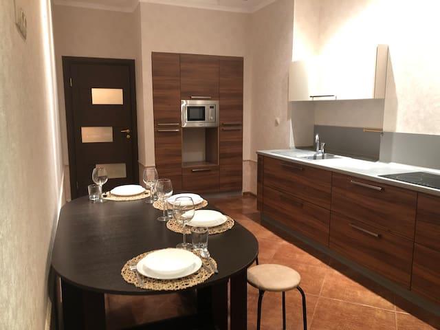 Кухня, оснащена всем необходимым: посуда, столовые приборы, микроволновая печь, холодильник, электрическая плита