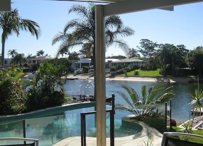 Queen room on sunny Gold Coast QLD. - Broadbeach Waters - 独立屋
