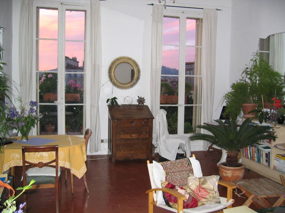 Le séjour avec vue sur la Place J. Jaurès, la montagne du Garlaban
