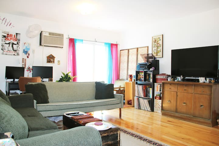 Cozy Bed-Stuy Getaway w/ AC, 3 Blocks to Subway!