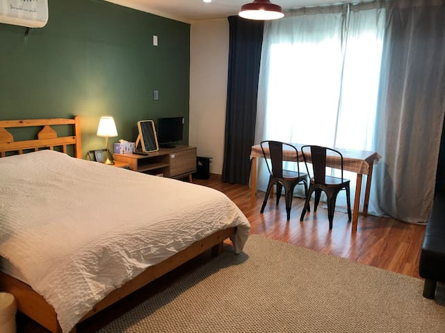March bnb, Spacious for 2, near beach & airport