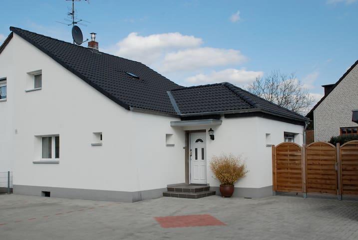 Haus mit 3 Doppelzimmer und Terasse - โคโลญ - บ้าน