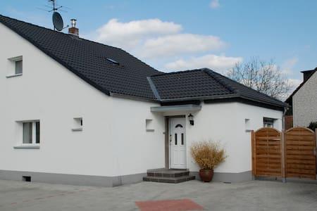 Haus mit 3 Doppelzimmer und Terasse - Cologne - House