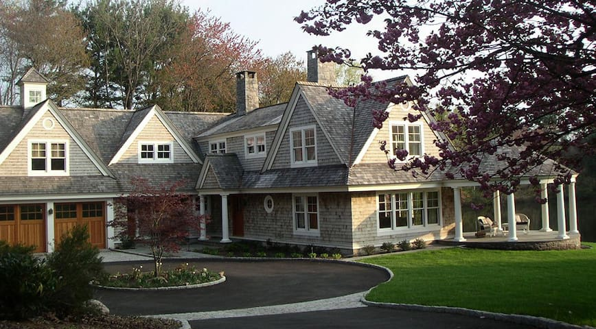 Private wing of elegant home on secluded pond - New Canaan