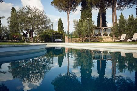 apt.3+3 Rustico in Villa, grande Parco con Piscina
