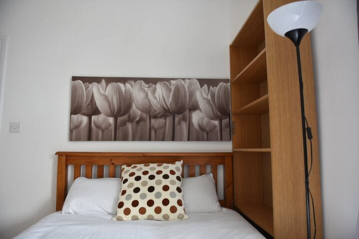 Clean Quiet Double Room near the O2