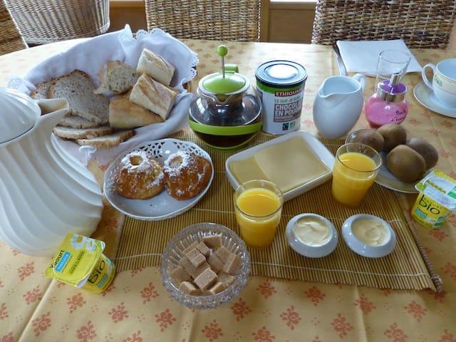 petit déjeuner composé de produits bio et fait maison.