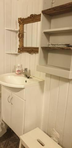 bad med servant, wc og dusj. Vaskemaskin.
