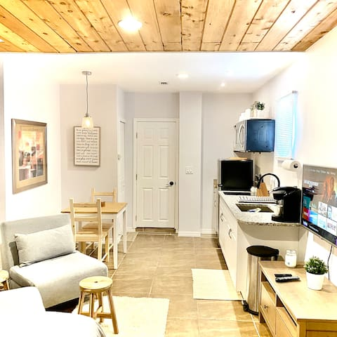 Cozy, Private Apartment near by DT and Beaches