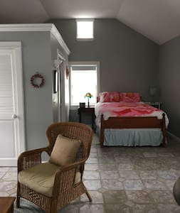 Romantic Guest Cottage 2 Blocks to Ellicottville - 埃利科特维尔(Ellicottville)