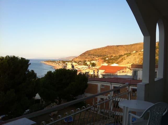Appartamento con terrazzo vista mare e Isole Eolie - Castel di Tusa - Apartment