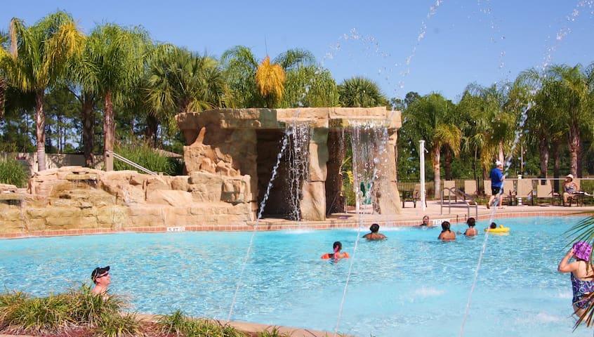 Gorgeous TownHome 4/3+Pool Gated Resort 5 m Disney