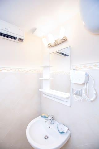 BnB Naples - In pieno centro-bagno-A\C-WiFi
