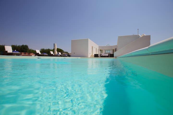 Casa Bán-Modern villa in the Puglian countryside.