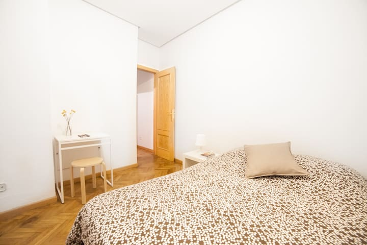 Clean room in the heart of Madrid - Madryd