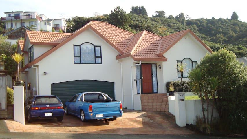 Tirohanga Apartment ( front house)